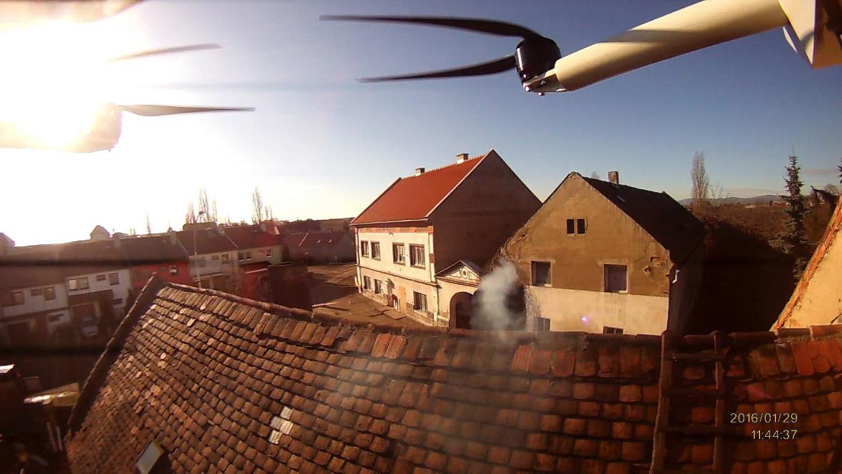 Pohled z dronu při kontrole komínů