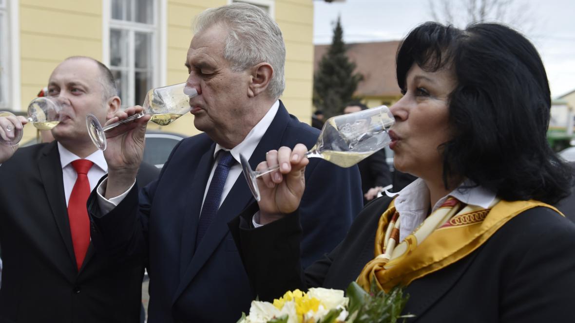 Ředitelka Ivana Machovcová s hejtmanem Michalem Haškem a prezidentem Milošem Zemanem