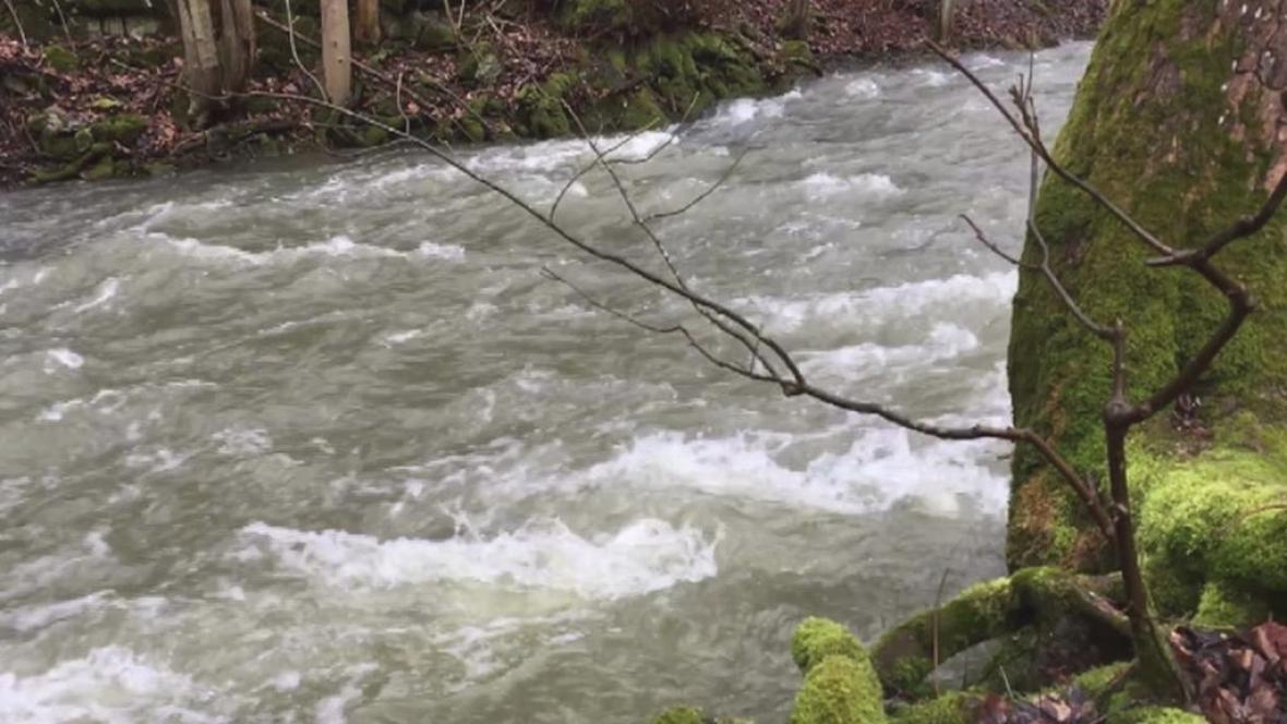 Teplé počasí a deště zvedá hladiny řek