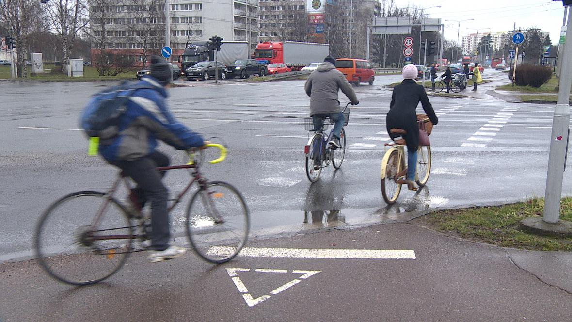 Cyklisti na vyhrazeném přejezdu