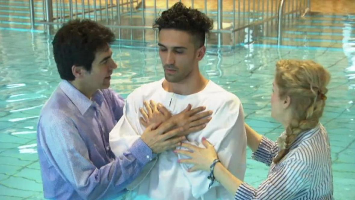 Íránec Benjamin se nechává pokřtít
