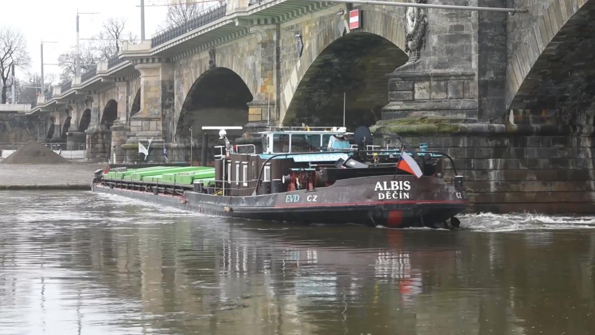 V Drážďanech uvízla česká loď