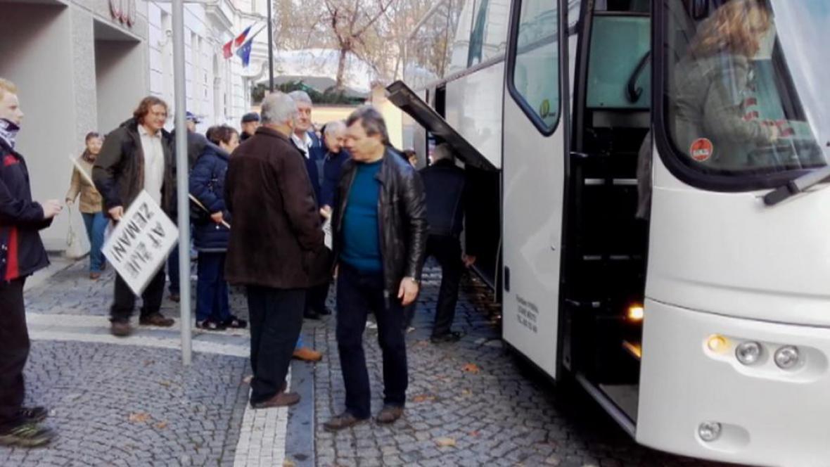Účastníci zájezdu z Osvětiman do Prahy
