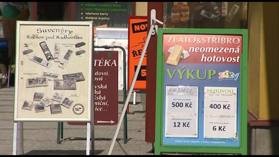 V ulicích Rožnova pod Radhoštěm překrývá na chodnících jedna reklamní cedule druhou