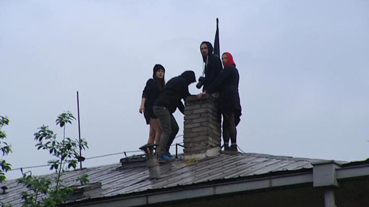 Aktivisté na střeše Kliniky