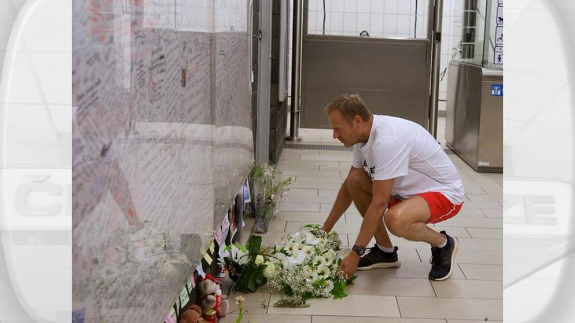 Donald Tusk uctil památku obětí ve sportovním úboru