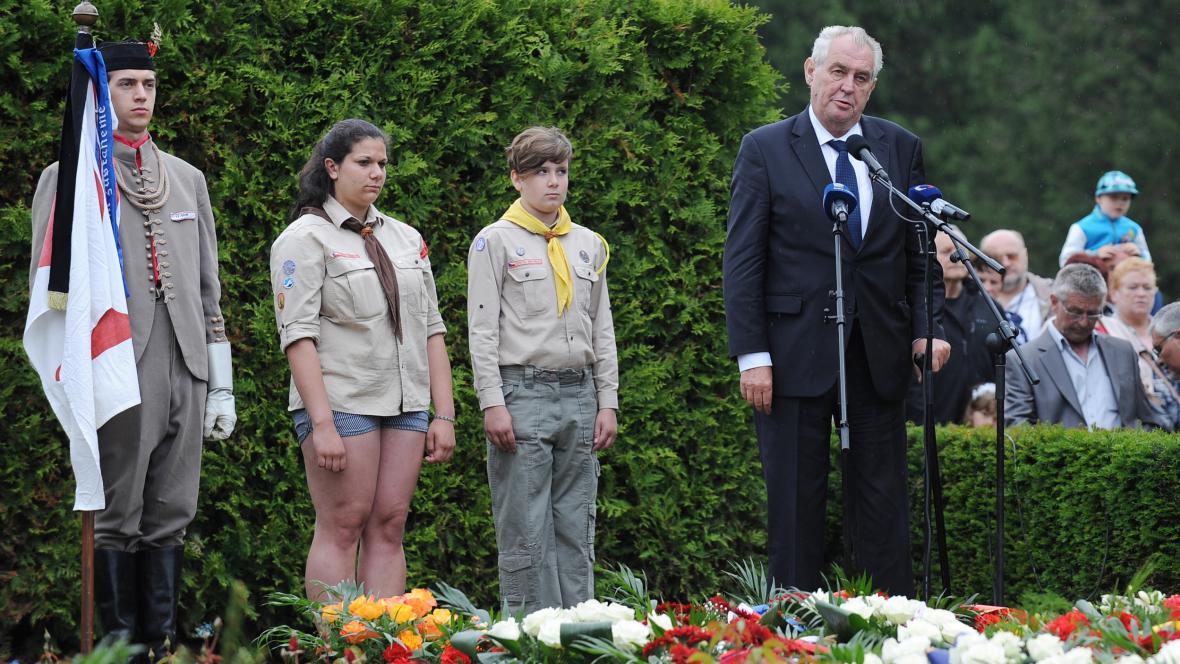 Miloš Zeman na pietě v Lidicích