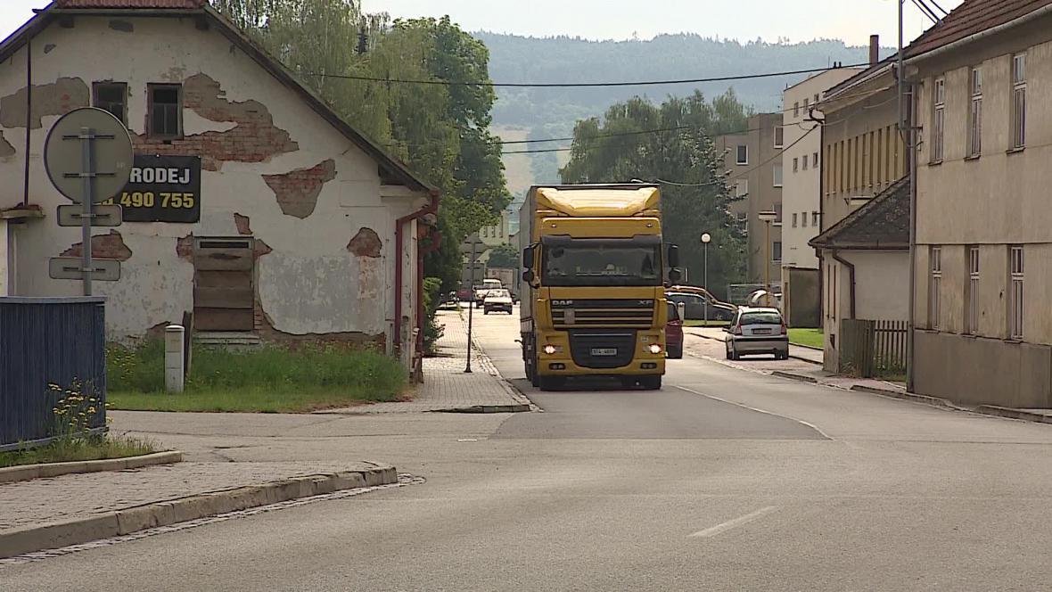 Podle starosty projedou Svitávkou denně desítky kamionů