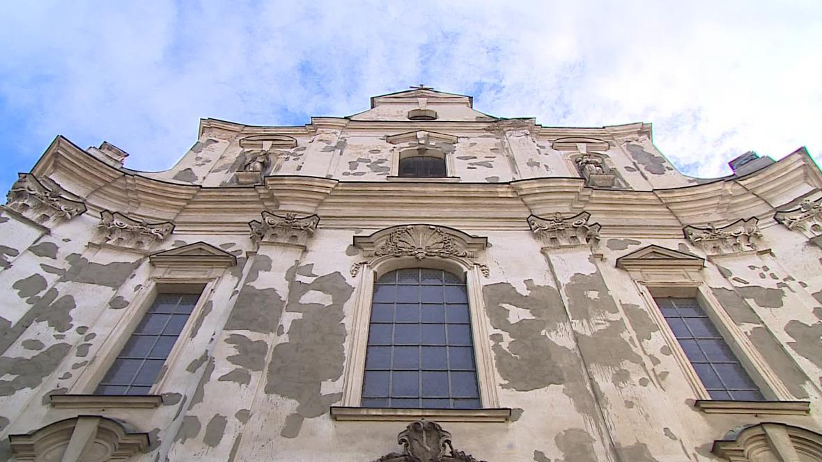Fasáda kostela chátrá, minorité ji alespoň zatřeli