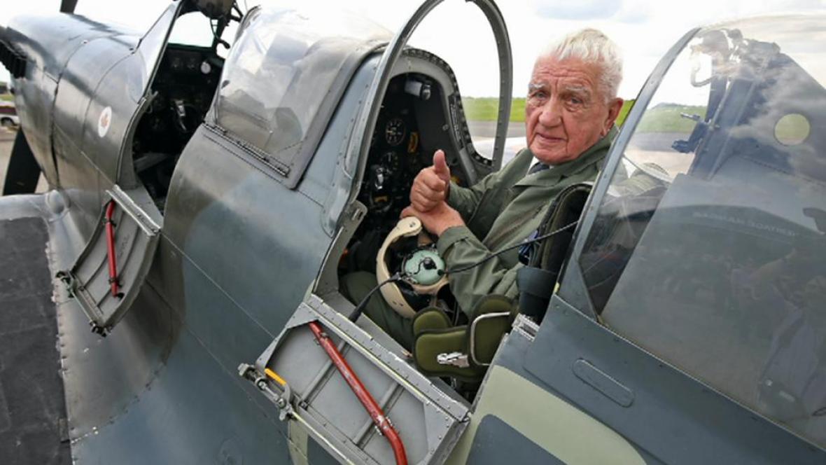 Generál Emil Boček znovu v důvěrně známém Spitfiru