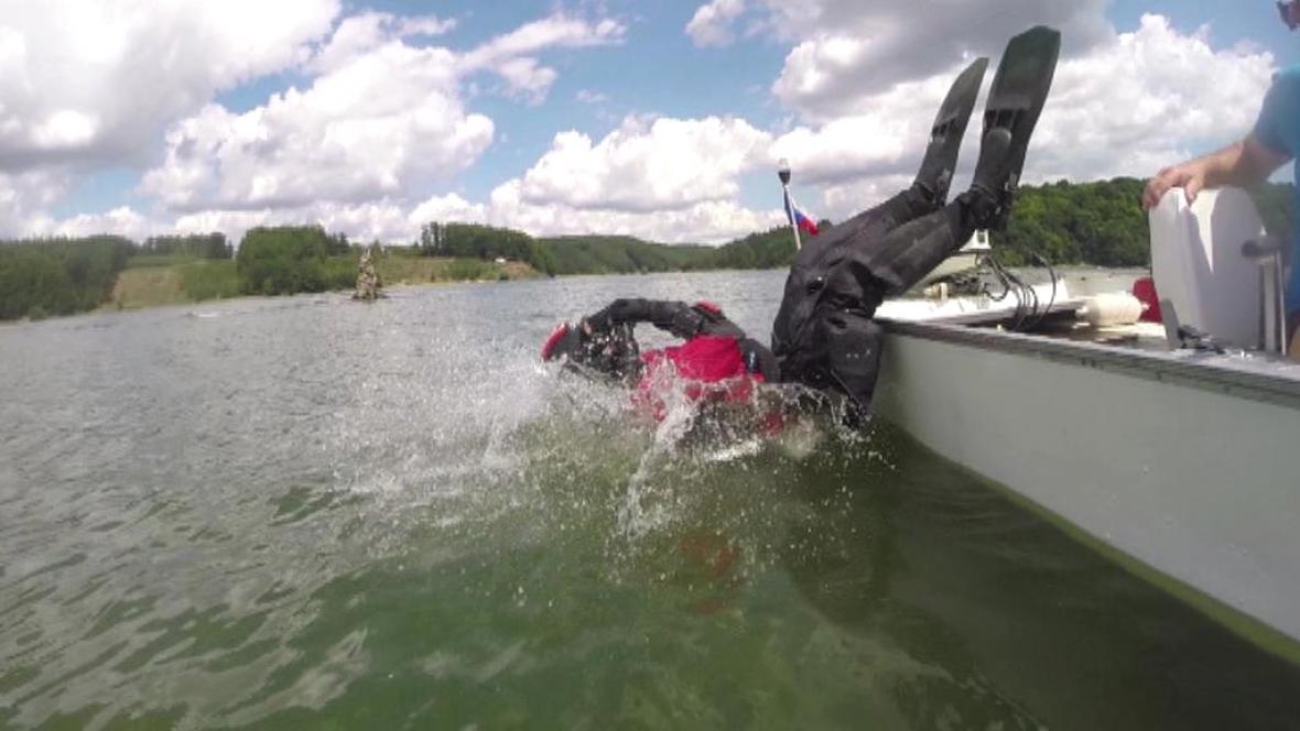 Potápěči-archeologové zkoumají dno Dalešické přehrady
