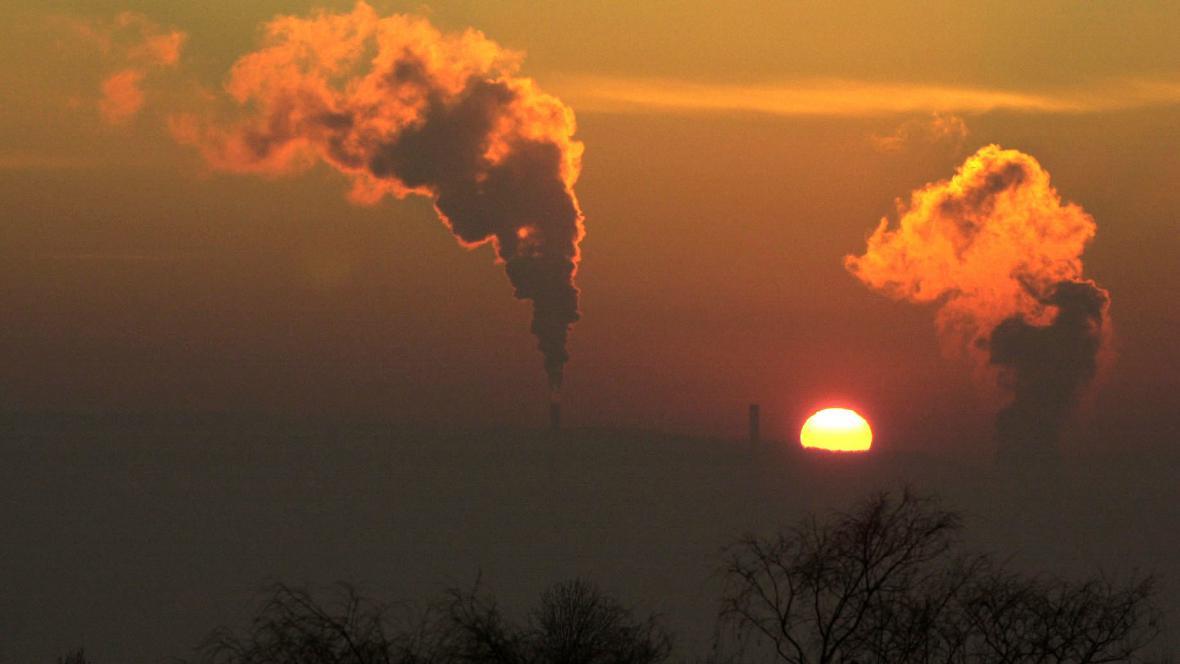Mrazivý západ slunce se siluetami komínů v Ústí nad Labem