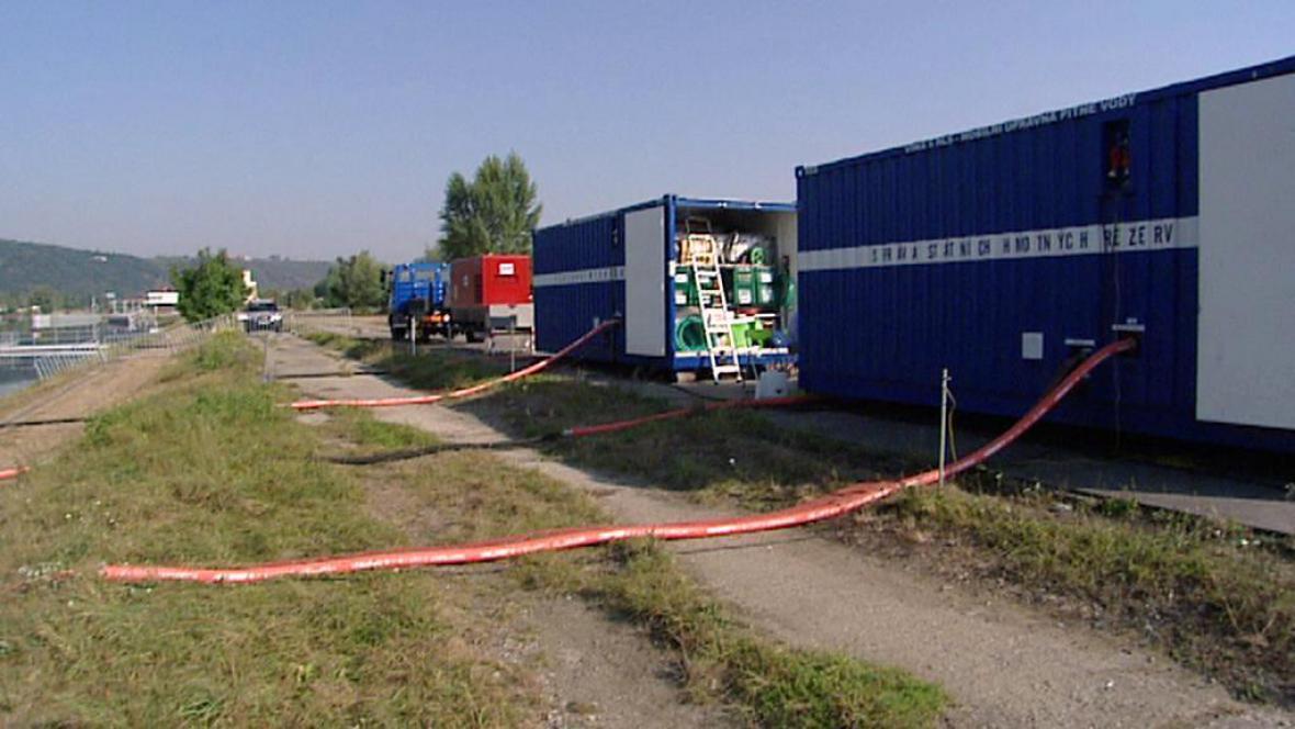 Mobilní úpravny vody na břehu Vltavy