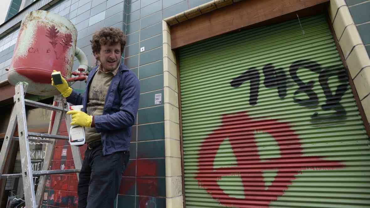 Majitel kavárny zapojené do kampaně Hate Free odstraňoval nasprejované nápisy