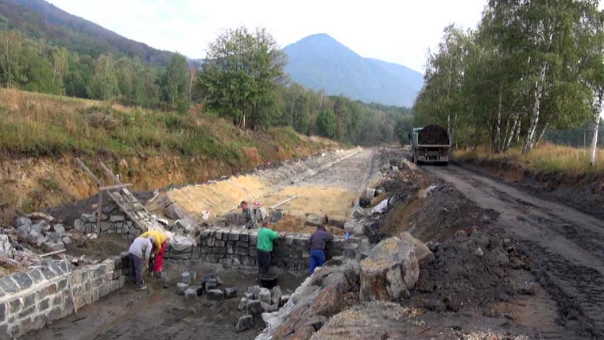 Dělníci budují nové koryto potoka