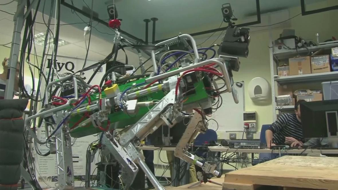 Záchranářský robot zatím trénuje v laboratoři