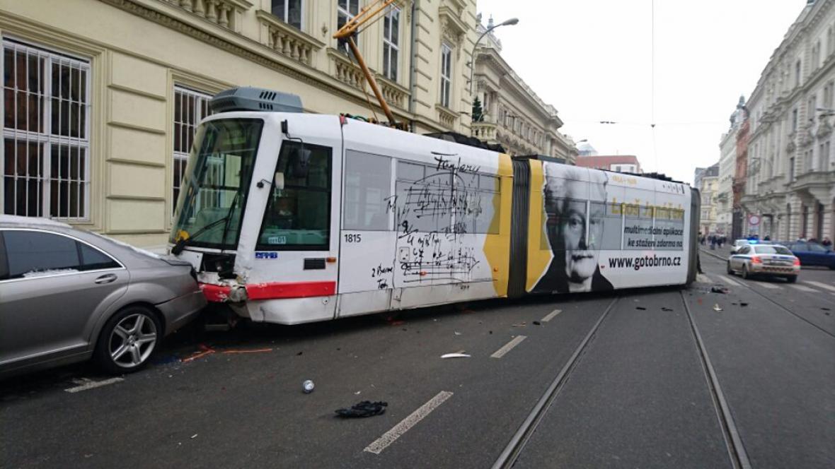 Tramvaj poškodila pět zaparkovaných aut