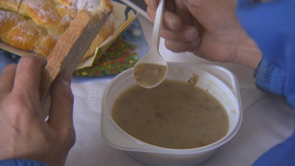 Teplé jídlo je pro lidi bez domova vzácné