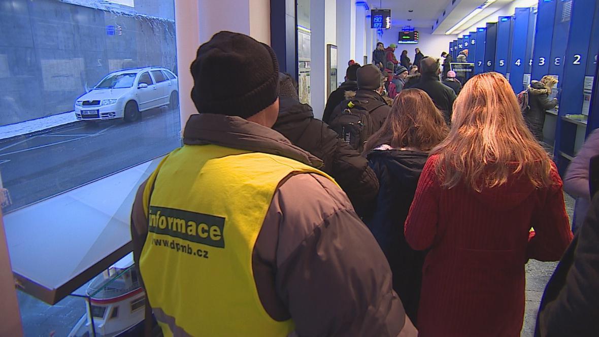 V budově brněnského dopravního podniku radili lidem s jízdenkami informátoři