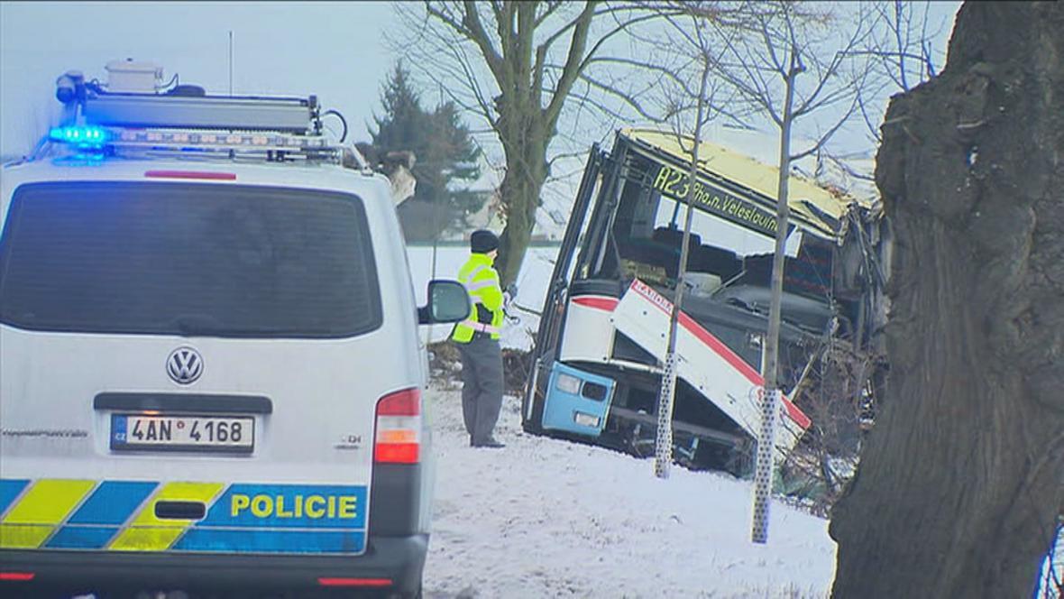 Havarovaný autobus mezi obcemi Středokluky a Kněževes