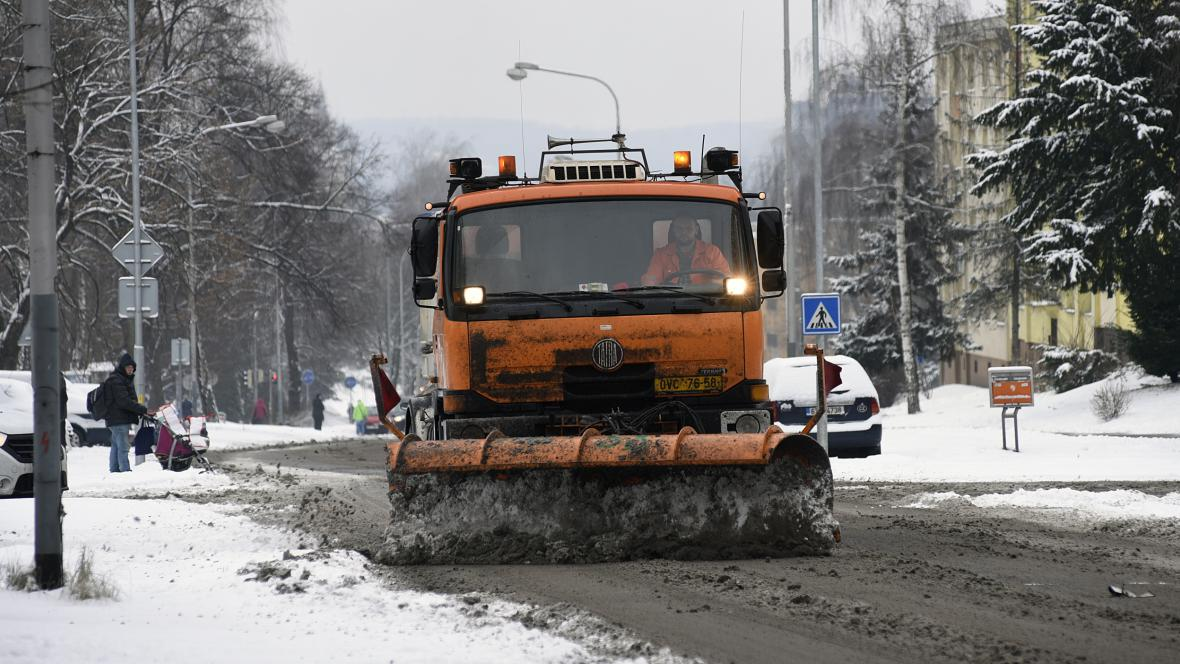 Silničáři odklízejí sníh v Karviné