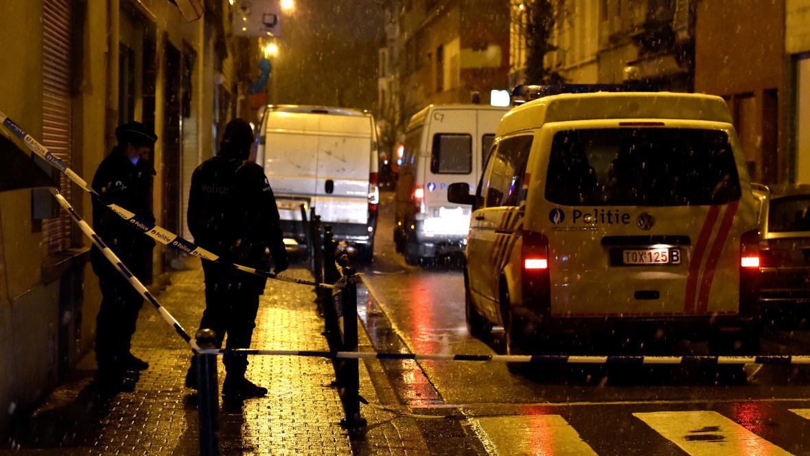 Belgičtí policisté na místě operace ve čtvrti Molenbeek