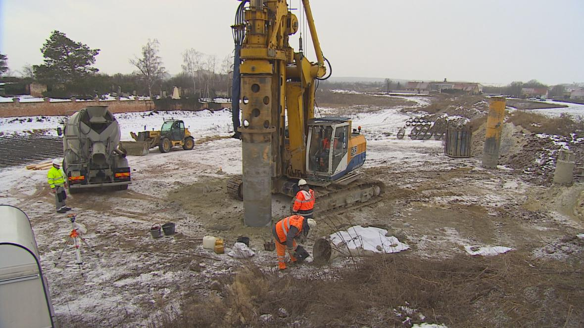 Dělníci začali se stavbou mostů