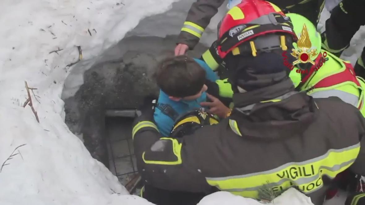 Záchranáři našli v zasypaném italském hotelu osm živých lidí