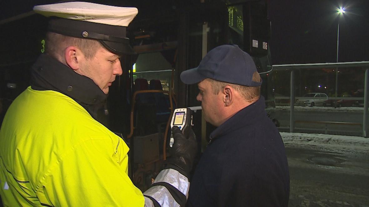 Policisté ráno kontrolovali řidiče autobusů