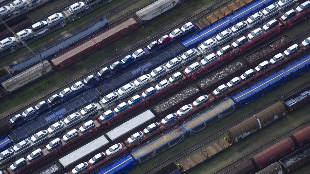 Nákladní vlaky s automobily na seřaďovacím nádraží Nymburk