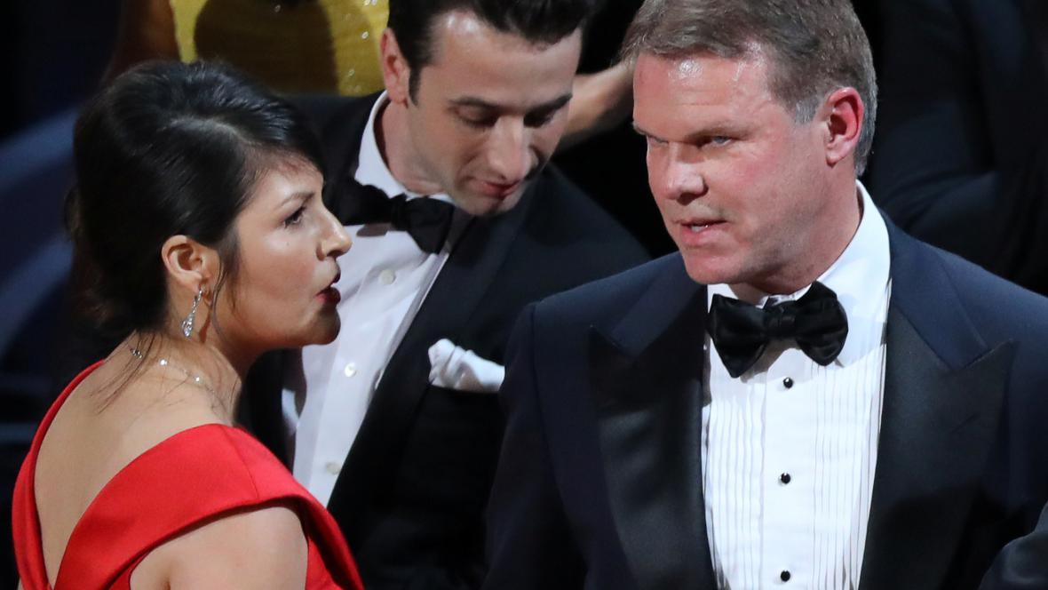 Martha Ruizová a Brian Cullinan při závěrečném zmatku na Osacrech