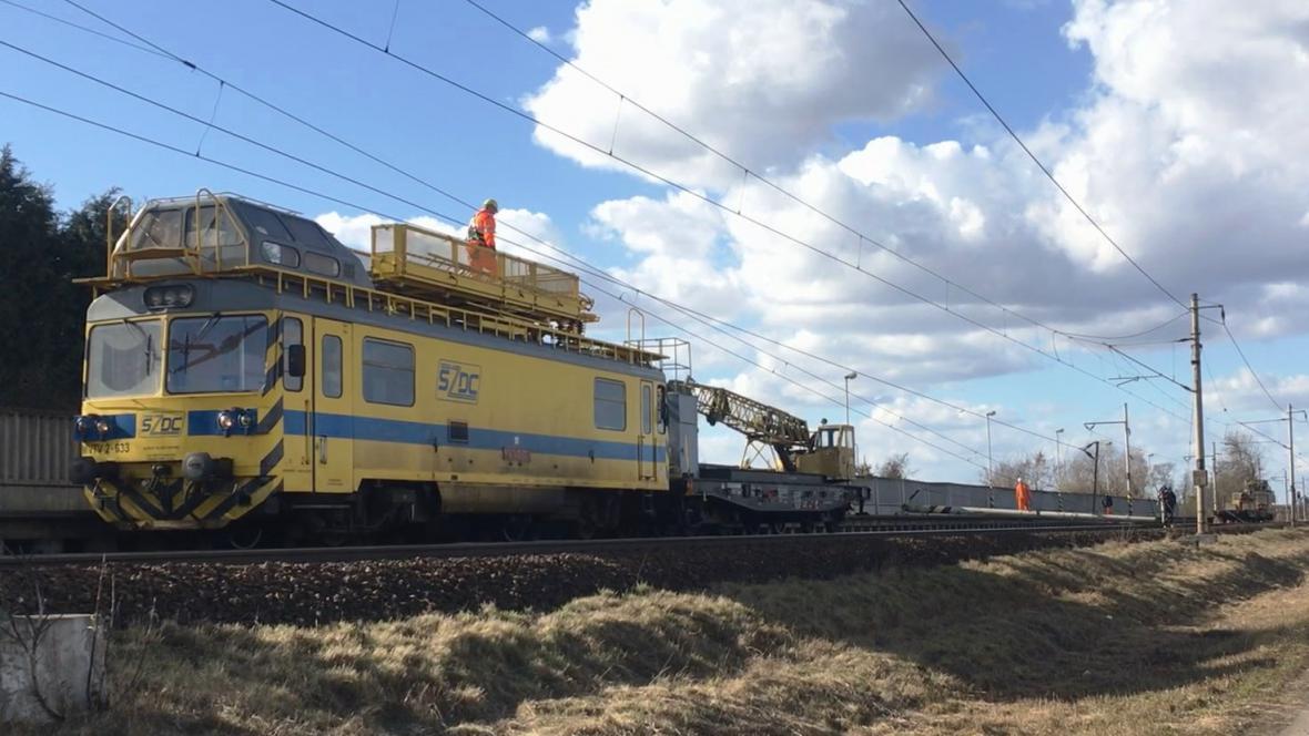 Čtvrteční porucha trakčního vedení dál omezuje provoz na trati