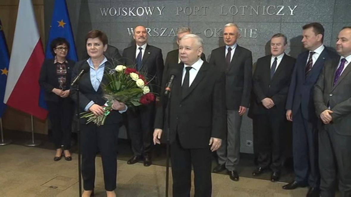 Szydlovou přivítal na letišti Kaczyński s kyticí