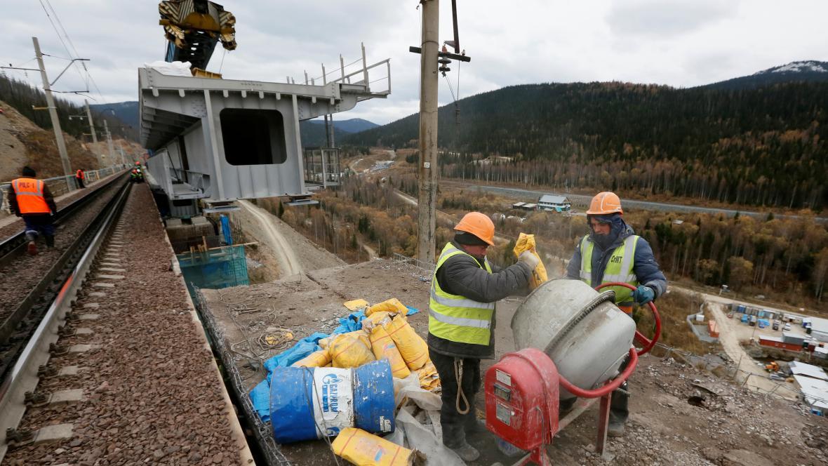 Práce na opravě viaduktu v rámci Transsibiřské magistrály v Rusku