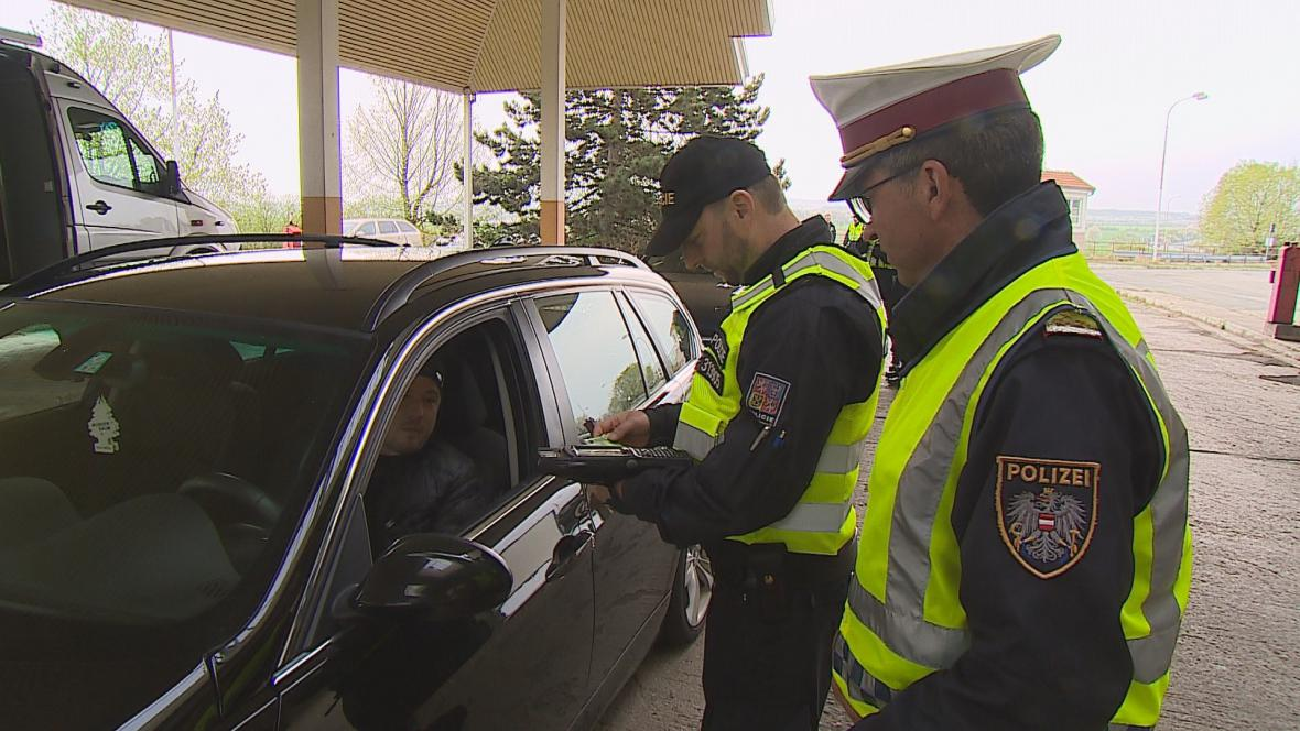 Policejní kontrola na hraničním přechodu v Mikulově