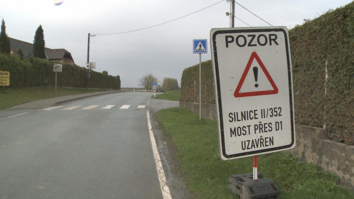 Uzavřená silnice u Měšína