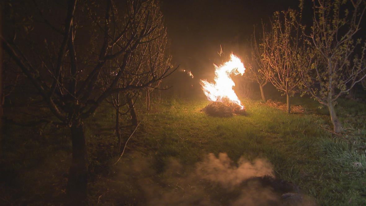 Parafínové svíce, pálení slámy a zamlžování