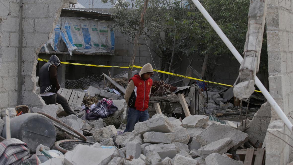 Trosky objektu po výbuchu skladu pyrotechniky v Mexiku