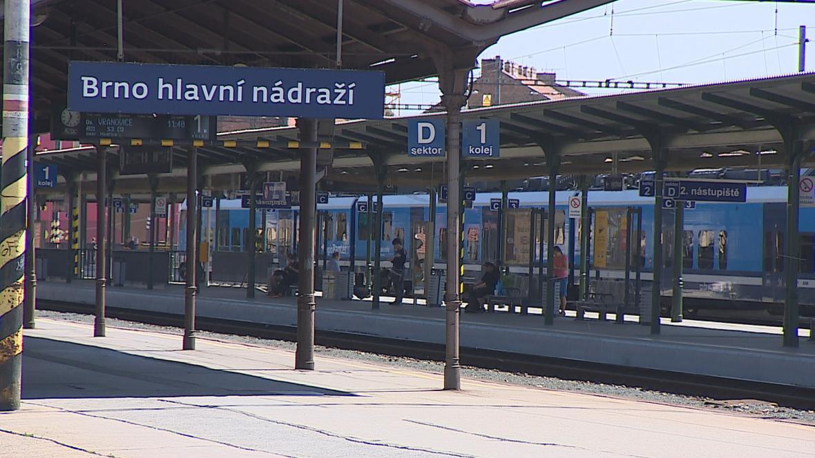 Nástupiště na hlavním nádraží v Brně osiří