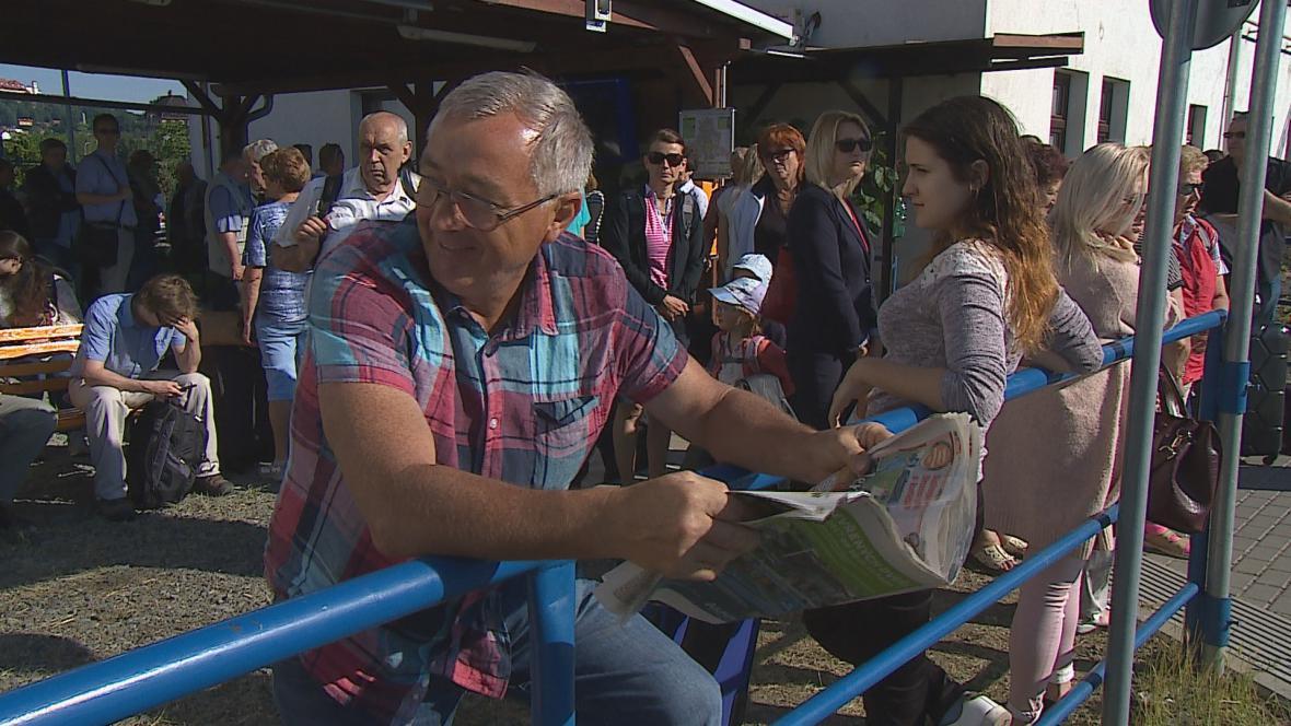 Lidé v Brně čekají v provizorních podmínkách na vlak