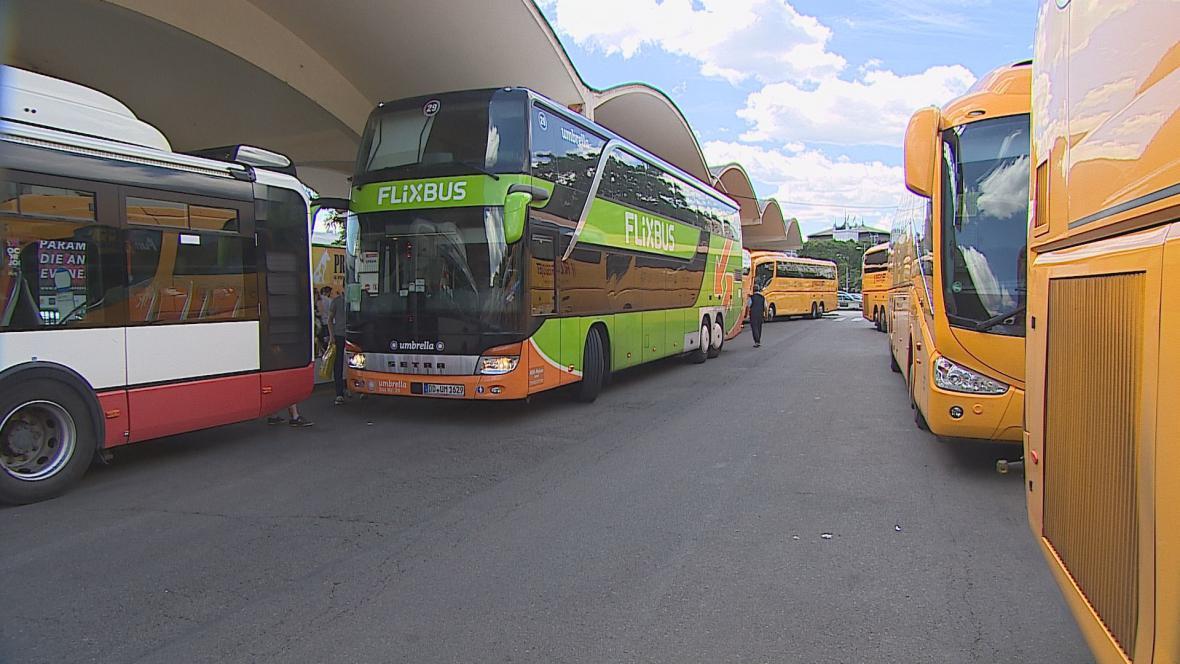 Autobusové nádraží u Grandu mají dopravci rádi