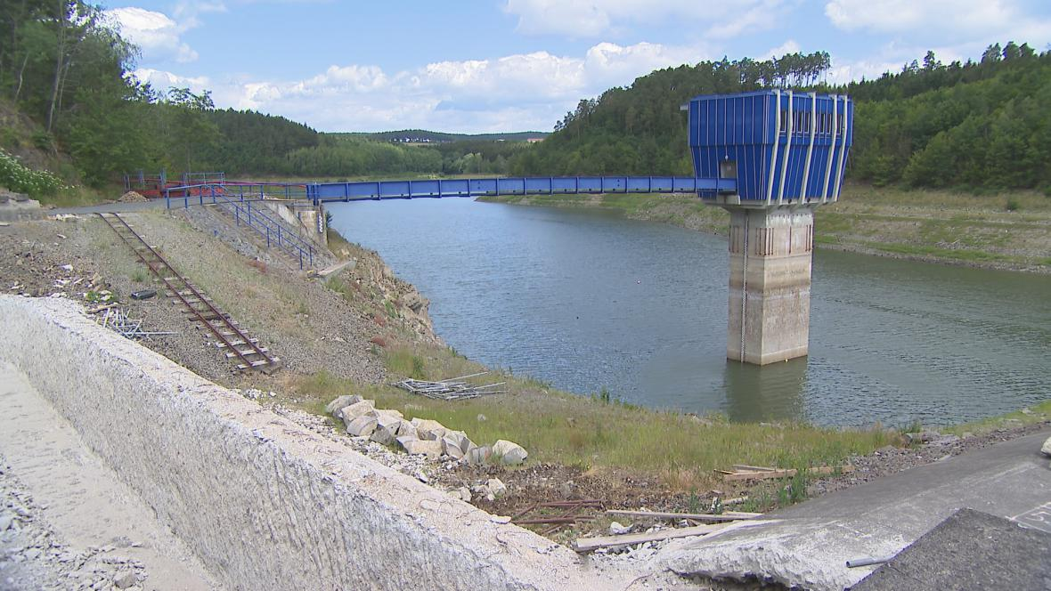 Částečně vypuštěná přehrada Opatovice