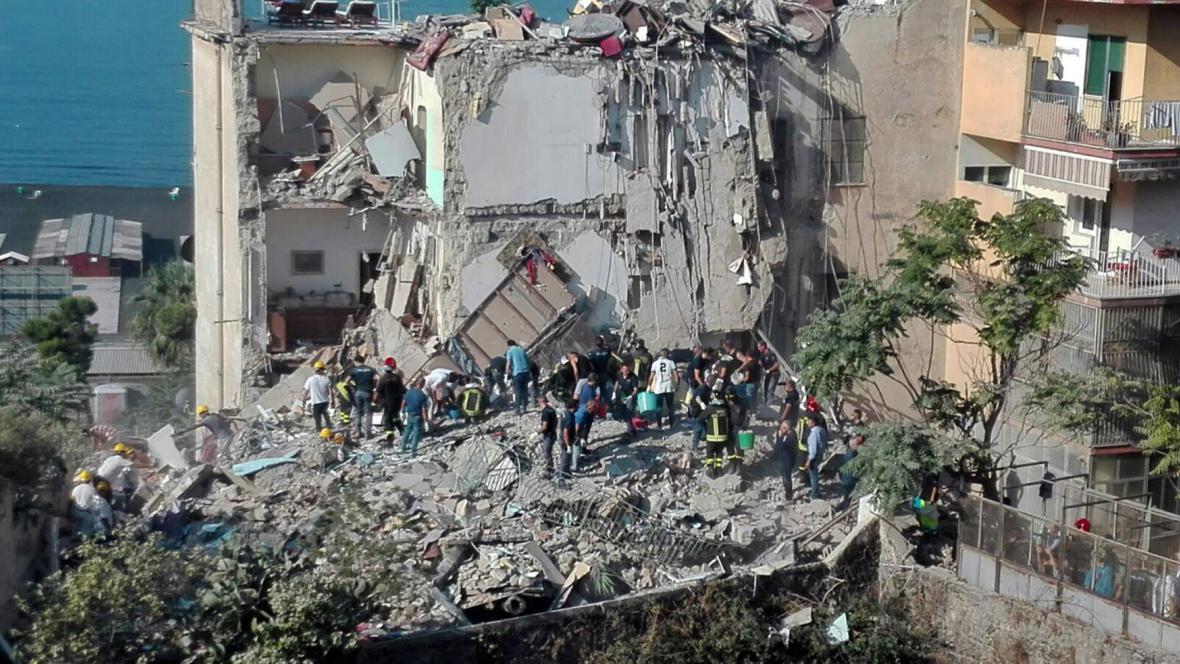 Na jihu Itálie se zřítil několikapatrový dům