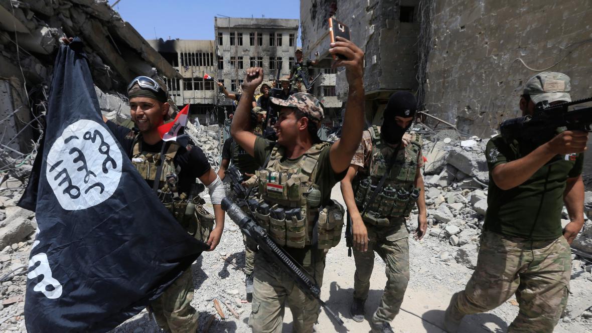 Iráčtí vojáci slaví dobytí Mosulu