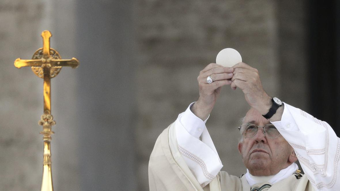 Papež František s hostií při svátosti eucharistie