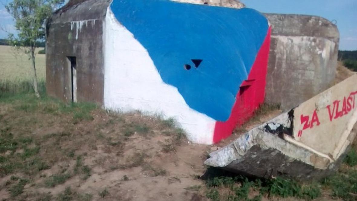 Česká vlajka na bunkru ve Vratěníně