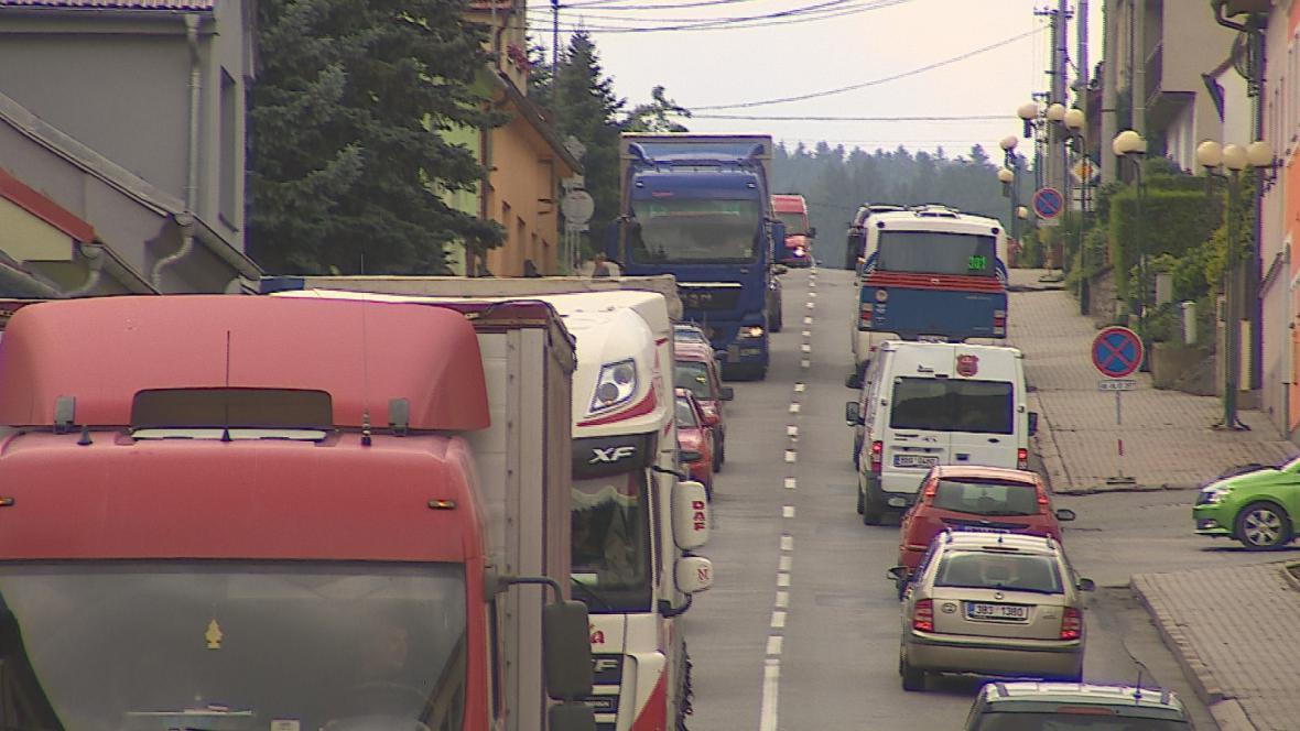 Černou Horou projíždějí stovky aut