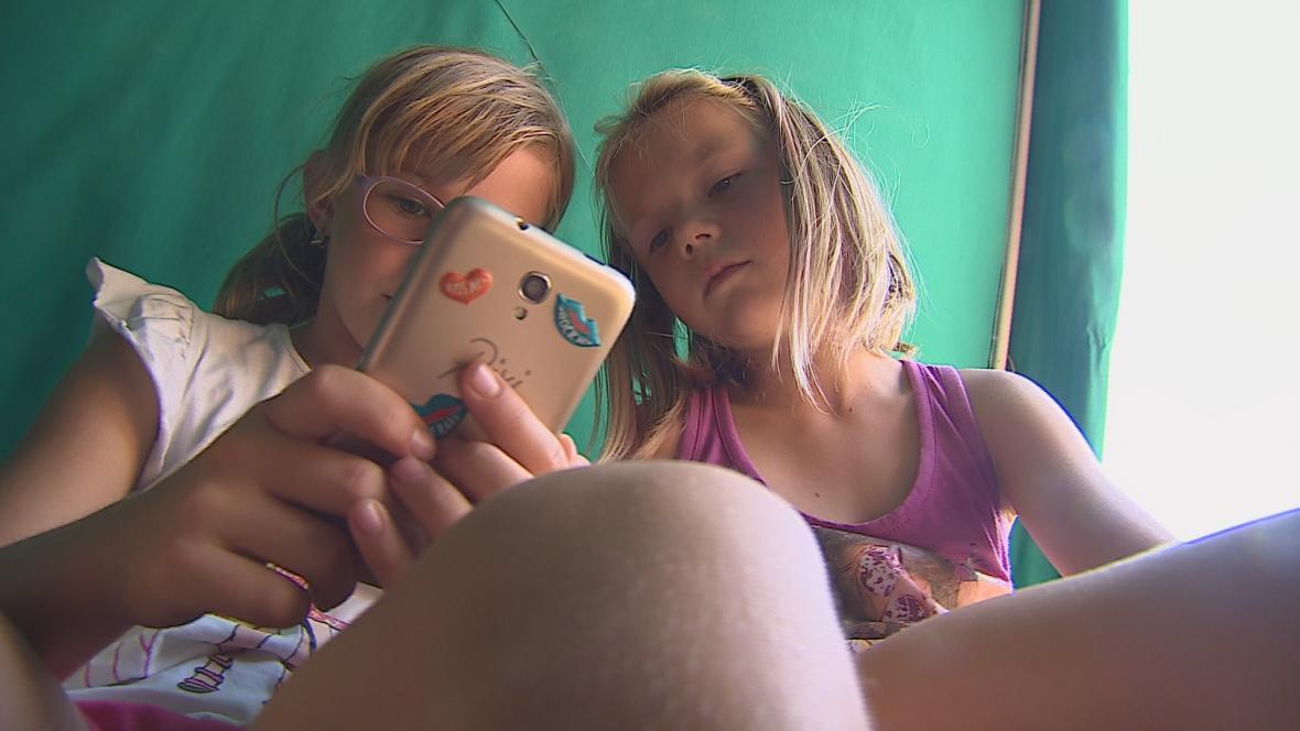 Mobily děti využívají hlavně o polední pauze