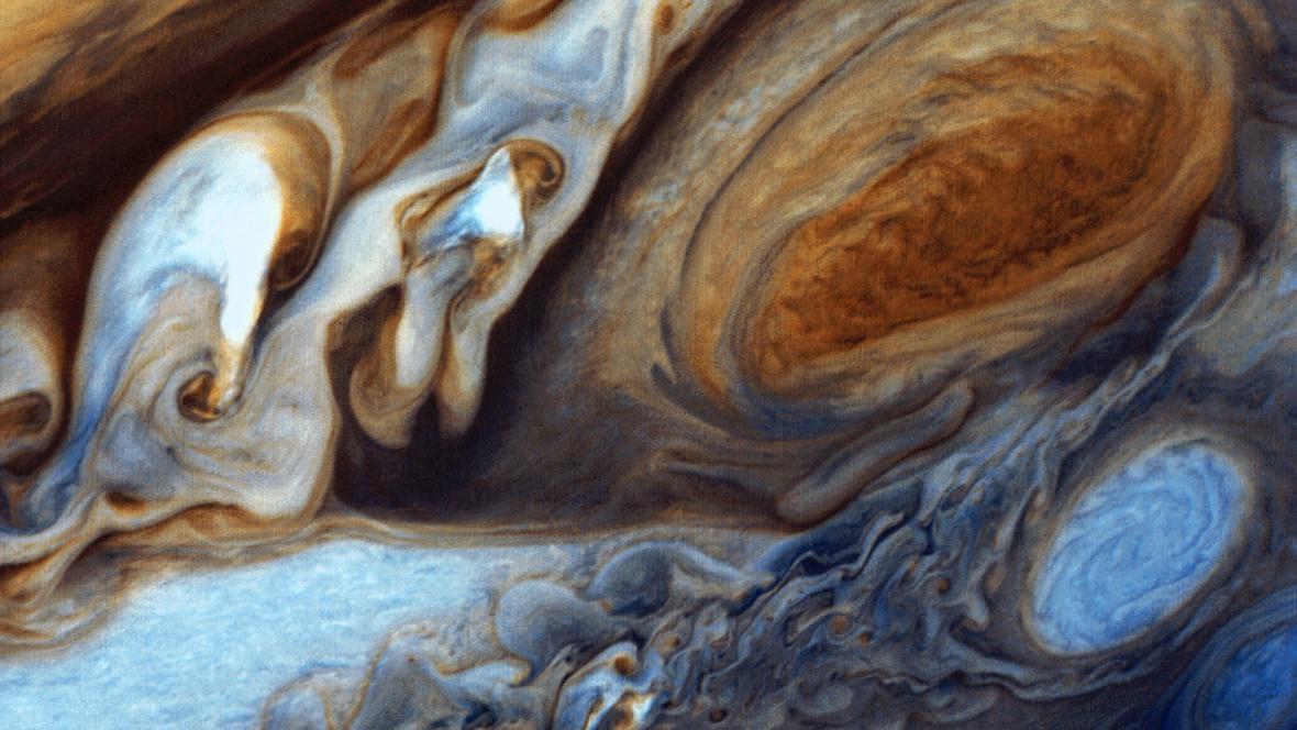 Kvark gluonové plazma se dá roztočit na rychlost větší, než je ta Velké červené skvrny na Jupiteru