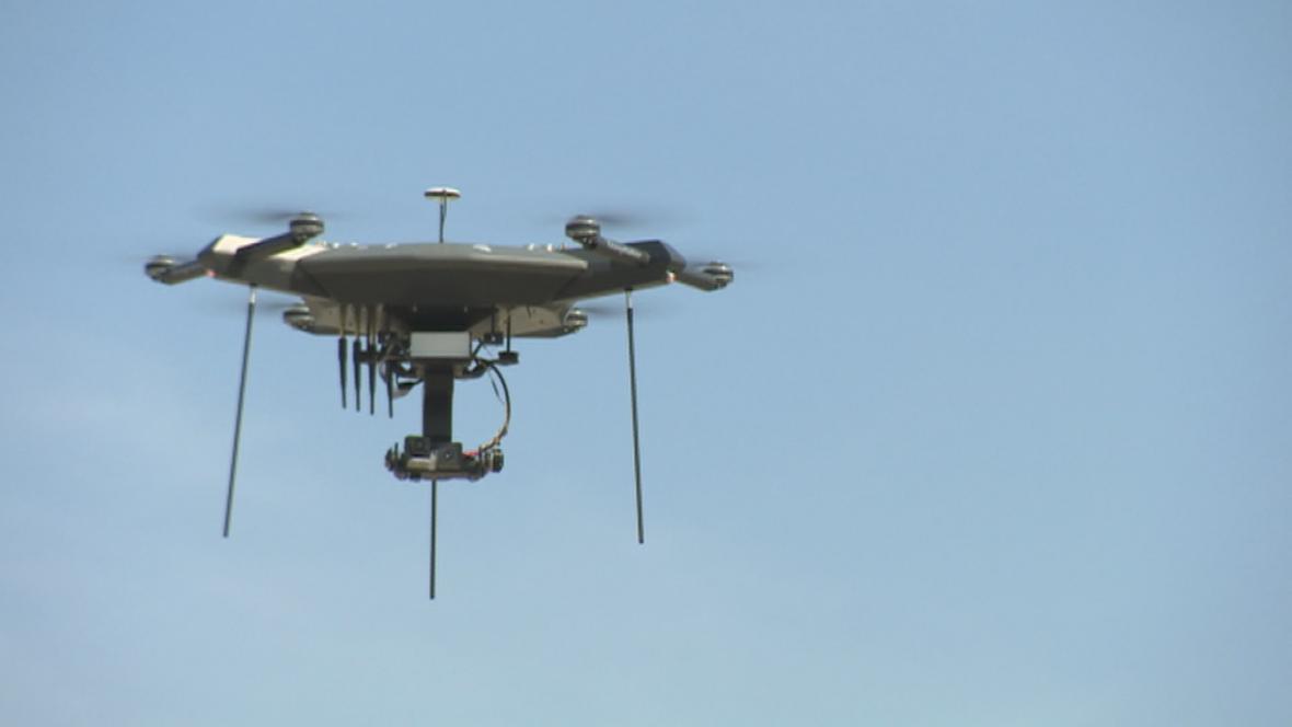 Vojáci připravují munici proti dronům.